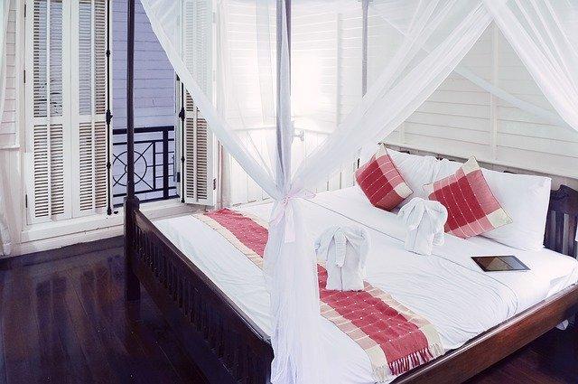 posteľ s baldachýnom