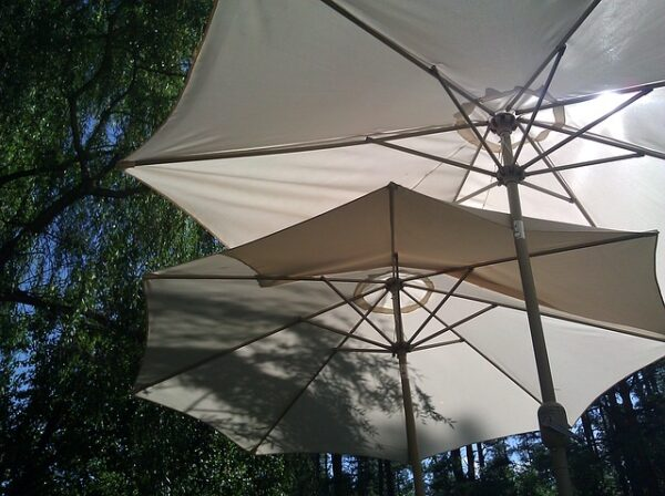 slnečník s kovovou konštrukciou